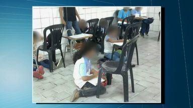 Alunos têm primeiro dia de aula sentados no chão em escola pública de Fortaleza - Escola já recebeu novas carteiras.