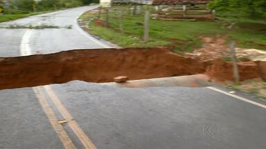 Rodovia entre Rio Novo e São João Nepomuceno cede após chuva - Tubulação que passa embaixo de rodovia não suportou volume de água.MG-126 está interditada e há desvio; outras regiões merecem atenção.
