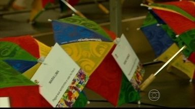Passistas de frevo fazem recepção a turistas no Aeroporto dos Guararapes, no Recife - Dançarinos saíram de dentro de malas. Surpresa também contou com a participação dos papangus de Bezerros, no Agreste.