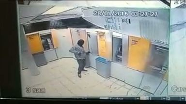 Bandidos explodem agência bancária em Juazeirinho - O circuito de segurança registrou a ação dos bandidos.