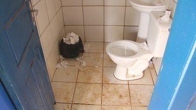 Sujeira em Unidade Básica de Saúde revolta moradores em Ariquemes - Pacientes de uma Unidade Básica de Saúde, em Ariquemes, reclamam da sujeira do local. Desde o início do mês passado não há ninguém cuidando da limpeza e o lixo se acumula nos corredores da unidade.