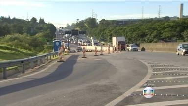 Motoristas enfrentam congestionamento na Rodovia Anhanguera (SP) - O asfalto, da pista no sentido interior, cedeu por causa da chuva.. A canalização que escoa a água por baixo da estrada não aguentou.