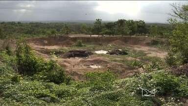 Em Caxias, moradores denunciam a retirada e comercialização de areia em lixão - Em Caxias, moradores denunciam a retirada e comercialização de areia em lixão.