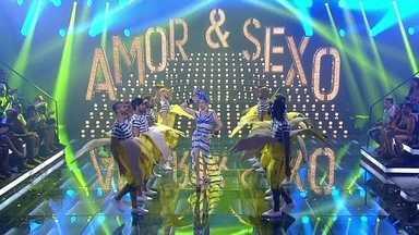 Fernanda Lima abre programa de Carnaval cantando 'A Filha da Chiquita Bacana' - Drags do Bishow também participam da apresentação