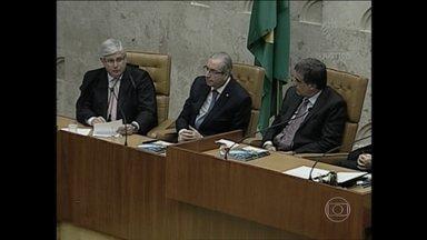 Rodrigo Janot e Eduardo Cunha ficam lado a lado em cerimônia no STF - O mundo político voltou ao trabalho oficialmente no dia 1º de fevereiro de 2016, mais ou menos onde parou antes do Natal: discutindo o impeachment e com um grau animosidade ruim.