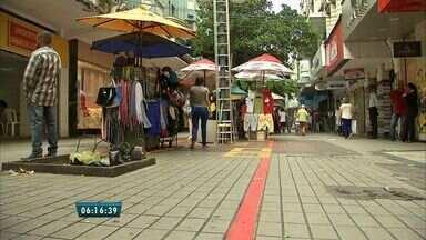 Prefeitura reordena espaços de ambulantes no Centro de Fortaleza - Medida visa organizar o comércio no local e garantir a passagem dos pedestres.