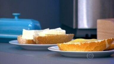 Nem sempre o queijo amarelo é mais calórico - A nutricionista Camila Freitas explica que os rótulos são a melhor forma de comparar o valor nutricional dos queijos. O miolo do pão é feito da mesma massa. Por isso, tanto faz tirar o miolo ou metade do pão.
