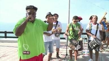 Serjão Loroza canta 'Do Leme ao Pontal' na ciclovia Tim Maia - Ator e cantor homenageia o síndico diretamente de um dos mirantes da ciclovia que leva o nome de Tim Maia no Rio de Janeiro