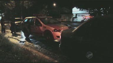 Motorista bate na viatura da polícia militar na avenida Von Zuben e causa estragos - A polícia havia estacionado no local para abordar um carro. O motorista, que dirigia um uno, acertou a traseira e causou vários estragos.