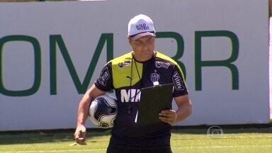Com a inseparável prancheta, Aguirre prepara o Atlético-MG para enfrentar o Figueirense - Com a inseparável prancheta, Aguirre prepara o Atlético-MG para enfrentar o Figueirense