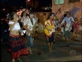 Bloco de rua anima foliões na zona leste de Presidente Prudente - Desfile percorreu bairros e envolveu a população, na abertura do Carnaval, na noite desta sexta-feira (5).