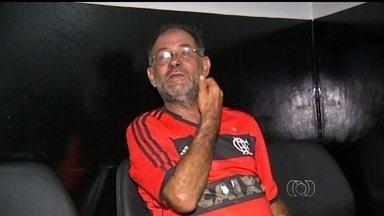 """Homem é preso por dirigir bêbado e admite: """"bebi cerveja adoidado"""", em Goiás - Motorista andava pela calçada e só parou ao bater em carro da PM. Teste do bafômetro confirmou a embriaguez dele, em Novo Gama."""