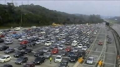 Paulistanos enfrentam trânsito lento para chegar ao litoral de SP - Previsão era de 500 mil carros sentido ao litoral. As duas praias que mais concentram os turistas são o Guarujá e a Praia Grande.