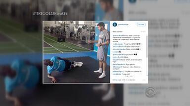 Meia Lincoln tem alta do hospital e volta a treinar com Grêmio - Assista ao vídeo.