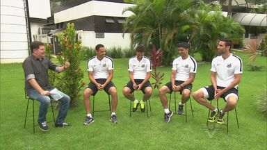 Jogadores experientes do Santos falam sobre o convívio com a garotada - Os atletas falam sobre suas rotinas de exercícios e expectativas.