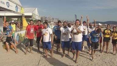 Futebol dos Famosos agita praia de Santos - Combinado Santista enfrentou os Pagodeiros da Tri FM e venceu por 10 a 2.
