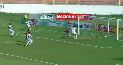 Aos 2, Fortaleza tem boa chance com Everton - Éverton chuta para o meio da área e o zagueiro do Itapipoca tirou a bola. Mas quase que ela entra.