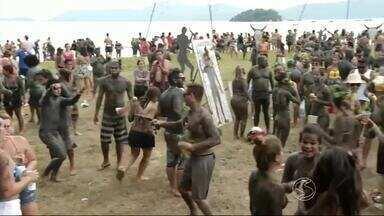 Bloco da lama suja e diverte foliões em Paraty, RJ - Concentração foi neste sábado (6), na Praia do Jabaquara, próximo ao Centro Histórico.