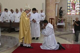 Viúvo se torna padre e filho segue caminho - Ubirajara Gonçalves é o 1º diácono ordenado padre na diocese.