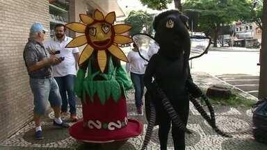 Hoje teve mutirão contra a dengue em todo o estado - Em Umuarama, um mosquito e um vaso de flor foram usados para alertar os moradores sobre a importância de manter sempre os quintais limpos.
