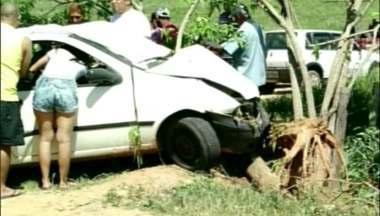 Veículo sai da pista e bate em árvore na BR-259, em Colatina, ES - As três pessoas que estavam no veículo ficaram presas às ferragens.Elas foram socorridas pelo Corpo de Bombeiros.