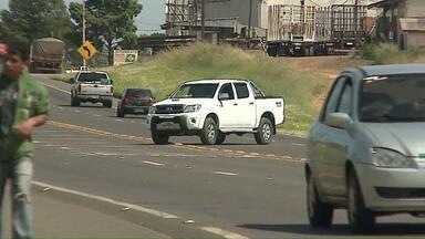 Cruzar rodovias é proibido e tem motorista que nem sabe disso - A infração é bem comum em cidades cortadas pelas rodovias.