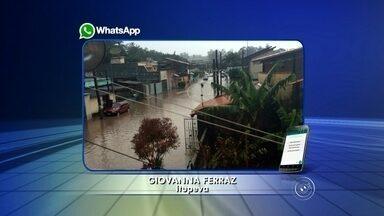 """Chuva rápida causa estragos na região de Jundiaí - A forte chuva da tarde deste sábado (6) afetou o desfile dos """"bonecões"""" na região de Jundiaí (SP). Além disso, a estrada do Varjão, no Jardim Novo Horizonte, ficou alagada. O excesso de água no local prejudicou o fluxo na via. Já na rua João Gasparin, na vila São Joãom, a chuva durou pouco tempo, mas a rua ficou alagada. A água chegou invadir o acesso à unidade básica de saúde e uma escola."""
