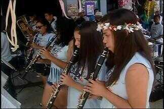 Desfile de época convida foliões para carnaval em Araxá - Na manhã deste sábado (6), bloco reverenciou épocas do carnaval. Império São Geraldo abre desfiles às 20h.