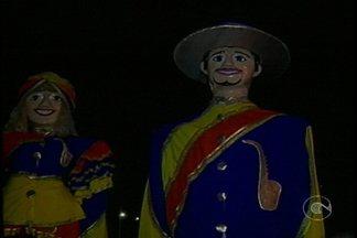 Bonecos Gigantes de belém do São Francisco arrastão foliões - Bonecos são tradição na cidade pernambucana