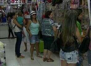 Comércio de Caruaru registra movimento no sábado de Carnaval - Consumidores procuravam por acessórios para a folia.