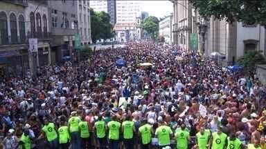Cordão da Bola Preta leva multidão às ruas do Centro do Rio - O mais antigo bloco da cidade completou 98 carnavais, mas tumultos, brigas e furtos interromperam a festa em alguns momentos.