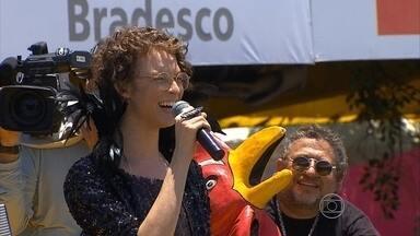 Artistas protagonizam duetos no desfile do Galo da Madrugada - Cantores como Gaby Amarantos e Ayrton Montarroyos agitaram a multidão durante a passagem do bloco