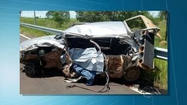 Duas pessoas morrem após colisão de carro e carreta, afirma PRF - Polícia diz que motorista do carro provavelmente dormiu ao volante.Motorista do caminhão saiu ileso do acidente
