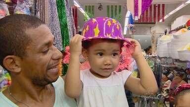 Foliões enfrentam filas para comprar fantasias de carnaval, em Manaus - Quem deixou para o último dia teve que correr para as lojas.