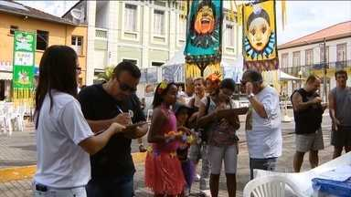 Foliões coletam assinaturas para impedir aumento salarial de vereadores em cidade de MG - Os moradores de Oliveira aproveitaram a multidão reunida para coletar assinaturas e barrar o reajuste dos vereadores.
