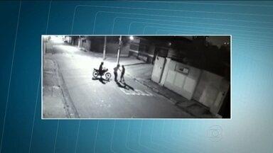 Vídeo mostra jovem sendo morto após assalto na Zona Sul de SP - O rapaz de 28 anos foi morto após sofrer um assalto no Campo Limpo, na Zona Sul de São Paulo. Ele levou um tiro no peito mesmo após entregar seus pertences a dois assaltantes. Os criminosos estavam em uma moto e foram presos.