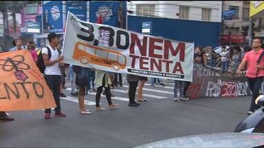Manifestantes fizeram protesto contra aumento da passagem, em Curitiba - O valor da passagem de ônibus na capital subiu de R$3,30 para R$3,70, no começo do mês.