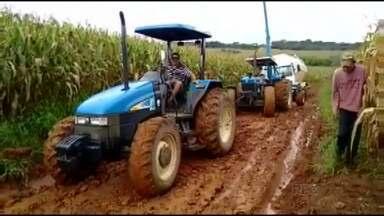 Trator e caminhões têm dificuldades para trafegar em estrada rural - Caso acontece em Piraí do Sul