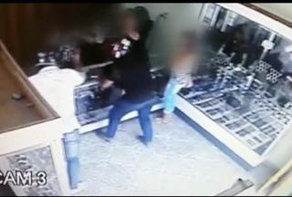 Homens armados assaltam relojoaria no Centro de Belo Oriente - Imagens mostram momento em que os criminosos chegam ao local.