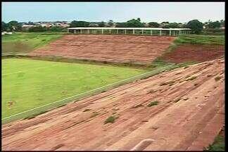 Obras do Estádio Municipal de Ituiutaba continuam paralisadas - A obra está paralisada há sete meses e futuras dependências do estádio viraram alvo de vandalismo. Secretário contou que a previsão é retomar os serviços no próximo mês.