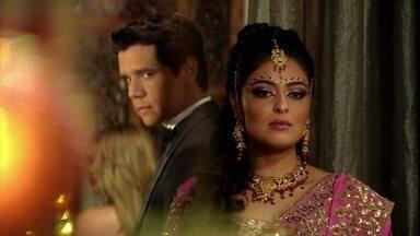Bahuan observa Maya durante a festa - Ele pede para a ex-namorada não faltar ao encontro