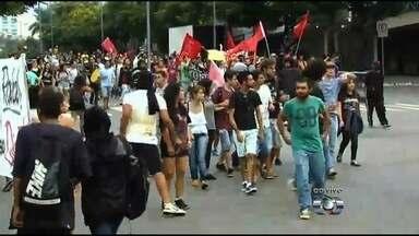 Manifestantes protestam contra o aumento da passagem de ônibus de Goiânia - Eles fazem uma passeata pela Avenida Anhanguera, no Setor Central.