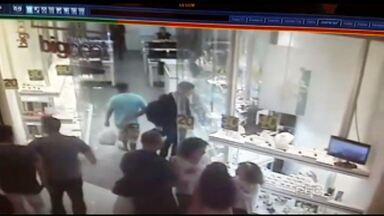 Segurança do shopping que foi baleado deve receber alta nos próximos dias - As imagens de segurança mostram o assaltante chegando para roubar uma joalheria. O segurança está fora de perigo.