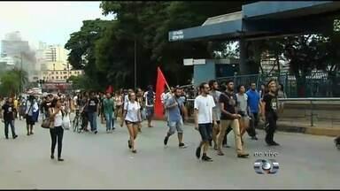 Cerca de 200 pessoas protestam contra aumento da tarifa de ônibus em Goiânia - Preço aumentou em 12% em relação ao ano passado.