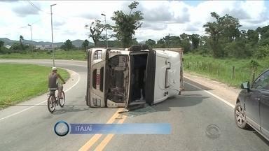 Giro de notícias: caminhão carregado de carne tomba em Itajaí - Giro de notícias: caminhão carregado de carne tomba em Itajaí