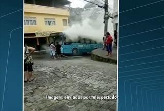 Ônibus pega fogo no Alto de Olaria, em Nova Friburgo, no RJ - Veículo foi rebocado e empresa vai apurar causas do acidente.