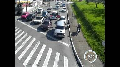 Homem furta carro e tenta fugir de carona - Ação foi flagrada por câmeras do COI.