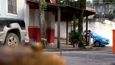 Polícia procura bandido que matou duas pessoas, em bar do Riachuelo. - Assaltantes invadem bar, no Riachuelo, e disparam contra clientes. Amigos que comemoravam formatura foram baleados. Na fuga, um dos bandidos também foi morto a tiros.