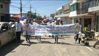 Moradores participam de caminhada em Queimadas para pedir paz - No município, vários casos de violência contra à mulher já foram registrados.