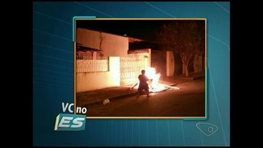 VC no ESTV: moradores do bairro Floresta, em João Neiva, queimam lixos nas ruas, no ES - Não recolhimento do lixo regularmente faz com que ruas da cidade fiquem cheias de lixo. Revoltados, moradores ateiam fogo no lixo na rua.